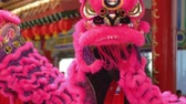 simbolismo : Lion dance performers removing costume