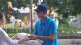 kurýr : Delivery man handover a parcel to a woman