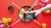 лосось : Hands taking picture of the yee sang