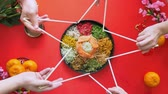 измельченный : Making star shape with chopsticks on top of the yee sang