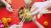 измельченный : Tossing the yee sang as a way of prosperity
