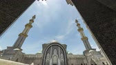 arabesco : Time Lapse - Clouds above a mosque with slide camera motion. Mosque appears from behind an arch. Vídeos