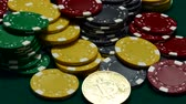 pieniądze : Bitcoin and casino chips on gambling table