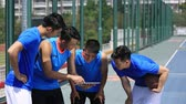 tática : group of asian young adult basketball players discussing tactics using digital tablet. Vídeos