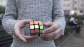 an : Male hands shows focus with Rubiks cube. How to solve the Rubiks cube. Illusionist shows focus. Focus with Rubiks cube. Stok Video