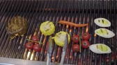 портативный : Chef cooking vegetable on the grill in the restaurant kitchen close-up. Cook grilling meat, corn, cherry tomatoes, lemongrass and chili pepper in modern restaurant. Food preparation