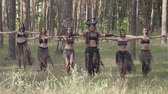actrice : Group of women dancers with make-up and in mystical fabulous costumes dancing groovy dance in the forest. Forest fairies, dryads have fun among the trees. Performance of dancers outdoor.