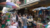 китайский квартал : BANGKOK - JANUARY 29, 2018: Large group of people at market at China Town on january 29, 2018 in Bangkok, Thailand. Стоковые видеозаписи
