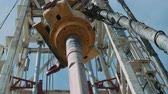 trottola : Top Drive System (TDS) Spinning for Oil Drilling Rig a cielo blu - Industria petrolifera e del gas.