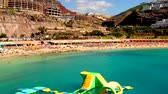 励起された : July 10. 2018 - Amadores beach, Gran Canaria, Spain: Small children and kids playing on the water playground city at the Amadores beach