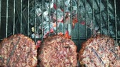 grelhar : Slow motion of organic burgers cooking on a BBQ