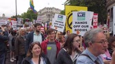 spandoek : LONDON, UK - June 4th 2019: Large crowds of protesters gather in central London to demonstrate against President Trumps state visit to the UK