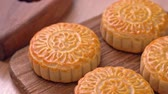doğrusal : Fresh baked Chinese moon cake pastry on wooden serving tray for traditional Mid-Autumn festival, close up, truck shot movement. 4K Resolution.
