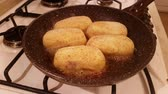 kotlety mielone : Appetizing cutlets from potato stuffed with mushrooms are fried in vegetable oil Wideo