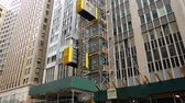 elevador : NEW YORK - SEP 2017: Temporary elevator, building on Manhattan in the New York City, USA