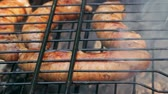 noz moscada : Grilled sausages on bbq. Variety Original Nuremberg Rostbratwurst . Pork ground meat, dill, nutmeg, garlic, cardamom, marjoram in the natural gut. There are also other types: rostbratwurst, currywurst, bockwurst, bratwurst, thuringer rindswurst