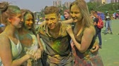 hinduismus : RUSSIA, IRKUTSK - JUNE 27, 2018: Happy young people dancing and celebrating during Music and Holi Festival Of Colors. Crowd of people colored powder and having fun in arena.