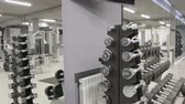 соответствовать : Set, a rack of dumbbells of different sizen for training, close-up Стоковые видеозаписи