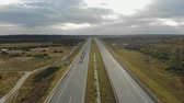 мотоцикл : Aerial view of many motorcyclists driving on the highway. Column bikers on motorcycles moving on a road trip. 4k