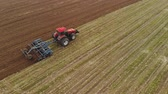spirála : Aerial view of a powerful energy-saturated tractor with a large hook force, performing tillage for sowing winter crops with a disc cultivator in the autumn Dostupné videozáznamy