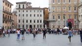 May 12, 2018, Rome, Italy. Tourists at Piazza Navona in Rome. Tourists and street artists in Piazza Navona. Crowd of visitors to Piazza Navona. Archivo de Video
