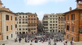 lépcsőház : May 12, 2018, Rome, Italy. Tourists in Rome in the Spanish Steps. Spanish Steps and the Barcaccia fountain in Rome. Crowd of tourists in Piazza di Spagna with the Barcaccia fountain and Via dei Condotti in Rome.