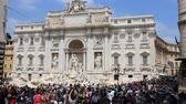 May 12, 2018, Rome, Italy. Crowd of tourists at Trevi Fountain. Tourists in Rome at Trevi Fountain. Piazza di Trevi in Rome. Archivo de Video