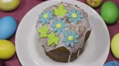 Decoration easter cake with sugar flowers and eggs on the color background Stok Video