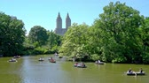 américa central : Tourists rowing in multiple boats at The Lake at Central Park in the heart of New York City Stock Footage
