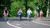 bisiklete binme : Tourists and locals riding bike in Central Park in the heart of New York City