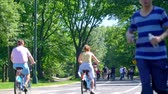 aktivní : Tourists and locals riding bike in Central Park in the heart of New York City