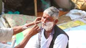 navalha : An old man being shaved at the barbershop in indian town. Vídeos