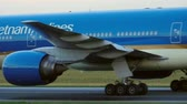 srilankan : Towing Vietnam Airlines 777