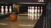 kegeln : Bowling-Pins in der Bowling-Club Stock Footage
