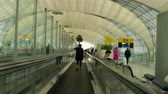 kontrola : Travelator in the terminal of Bangkok airport Wideo