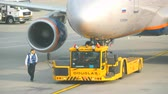 cabine do piloto : Airplane towing before departure