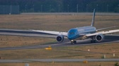 пассажирский самолет : Boeing 787 taxiing after landing