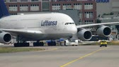 vlakken : Towing Lufthansa Airbus 380 Stockvideo