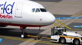 aeropuerto : Airberlin Airbus A320 remolque Archivo de Video