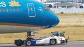 lucht : Boeing 787 towing from service