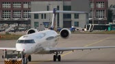 коммерческий : Bombardier CRJ-900 towing to service Стоковые видеозаписи