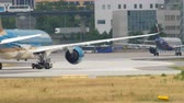 ジェット : Boeing 787 towing from service