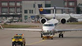 regionaal : Bombardier CRJ-900 towing to service Stockvideo