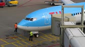 polderbaan : TUI Fly Boeing 737 taxiing end Stock Footage
