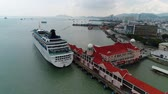 reisen : Star Cruises SuperStar Waage am Penang Ferry Terminal Stock Footage