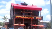ушлый : PALMVIEW, AUSTRALIA - January 14 2014: The Ettamogah Pub is an iconic international tourist attraction on the Sunshine Coast of Queensland. Opened in 1989, it is based on a cartoon in the now defunct Australasian Post magazine. Стоковые видеозаписи