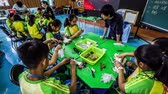 ネクタイ : Children in a fabric dyeing workshop