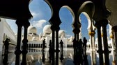 imádkozik : Timelapse of the visitors walking in the Grand Mosque, Abu Dhabi, UAE Stock mozgókép