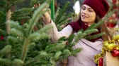 trinta anos : Happy woman   buying Christmas tree in market Stock Footage