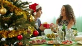trinta anos : Man giving present to young woman during romantic Christmas  dinner with champagne in home